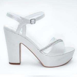 Sandalo in strass bianco con tacco.